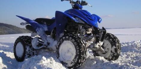 Závodní čtyřkolky ve sněhu