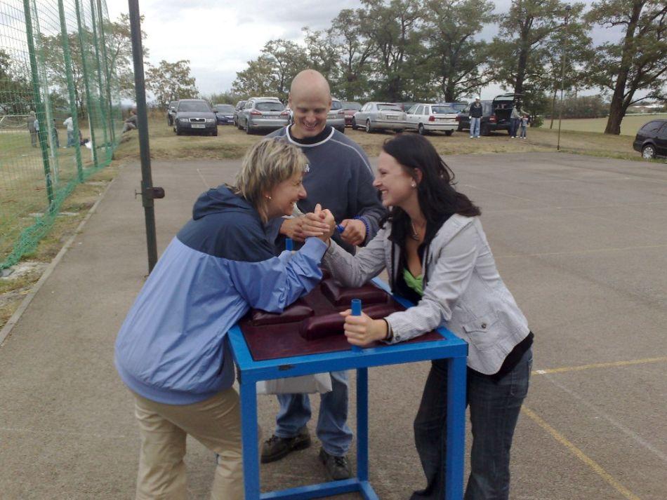 armwrestling – stůl na páku